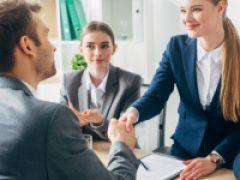 Работодателю не нужно сообщать лицам, которые трудоустраиваются впервые в 2021 году, о том, что трудовая книжка на них не оформляется